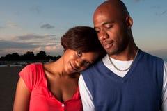 夫妇愉快的摆在的日落 免版税图库摄影