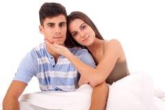 夫妇愉快的放松的年轻人 免版税库存照片