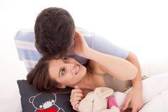 夫妇愉快的放松的年轻人 库存图片
