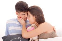夫妇愉快的放松的年轻人 免版税图库摄影