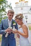 夫妇愉快的新婚佳偶 免版税图库摄影