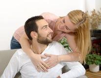 夫妇愉快的查出的纵向空白年轻人 免版税图库摄影