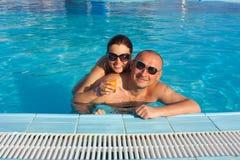 夫妇愉快的池游泳 库存图片