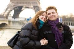 夫妇愉快的爱巴黎 免版税库存照片