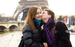 夫妇愉快的爱恋的巴黎 图库摄影