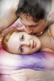 夫妇愉快的爱纵向年轻人 免版税库存照片