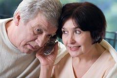 夫妇愉快的移动老电话 库存照片
