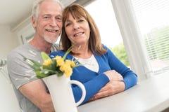 夫妇愉快的纵向前辈 免版税库存照片