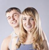夫妇愉快的纵向工作室年轻人 免版税库存照片