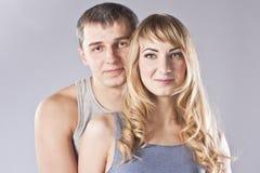 夫妇愉快的纵向工作室年轻人 免版税库存图片