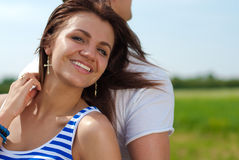 夫妇愉快的纵向微笑的年轻人 免版税库存照片