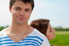夫妇愉快的纵向微笑的年轻人 免版税库存图片