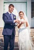 夫妇愉快的结婚的年轻人 免版税库存图片