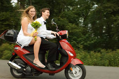 夫妇愉快的结婚的年轻人 免版税库存照片