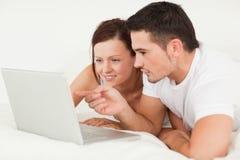 夫妇愉快的膝上型计算机 库存图片