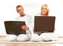 夫妇愉快的膝上型计算机 库存照片