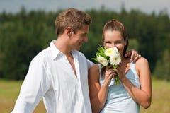 夫妇愉快的草甸夏天年轻人 免版税图库摄影