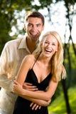 夫妇愉快的走的年轻人 免版税库存照片