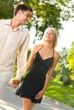夫妇愉快的走的年轻人 库存图片