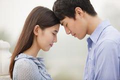 年轻夫妇感人的前额,在爱 库存图片
