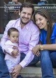 年轻夫妇感到骄傲为他们的男婴 库存照片