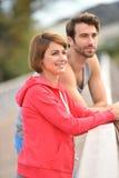 夫妇慢跑者放松 免版税库存照片