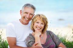 夫妇成熟微笑 免版税库存照片