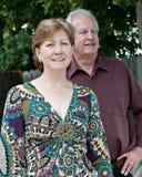夫妇成熟户外 免版税图库摄影