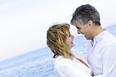 夫妇成熟浪漫海滨 免版税库存图片