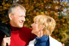 夫妇成熟浪漫的公园 免版税图库摄影