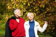 夫妇成熟浪漫的公园 图库摄影