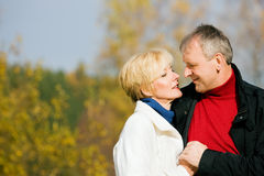 夫妇成熟浪漫的公园 免版税库存照片
