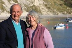 夫妇成熟海边设置 免版税库存图片