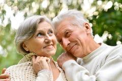 夫妇成熟走 免版税图库摄影