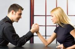 夫妇战斗年轻人 免版税库存照片