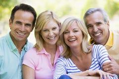 夫妇户外微笑的二 免版税库存照片