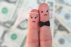 夫妇手指艺术在金钱背景的  婚礼、妇女和人的概念需要结婚,但是他们穿上` t要 免版税库存照片