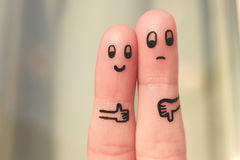 夫妇手指艺术  显示拇指的妇女显示赞许的和人下来 免版税库存照片