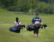 夫妇打高尔夫球 免版税图库摄影
