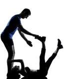 夫妇执行锻炼的妇女人 免版税库存照片