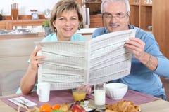 夫妇报纸读取前辈 库存图片