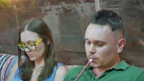 夫妇抽烟的水烟筒 股票视频
