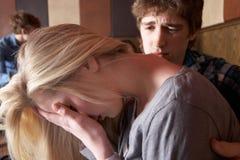 夫妇担心的年轻人 免版税库存图片