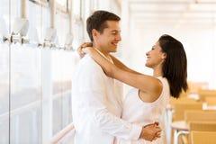 夫妇拥抱可爱 免版税图库摄影