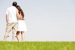 夫妇拥抱年轻人 免版税库存图片