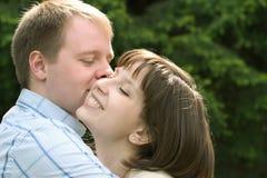 夫妇拥抱年轻人 库存图片