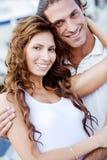 夫妇拥抱愉快的户外年轻人 免版税库存图片