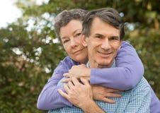 夫妇拥抱成熟 库存照片