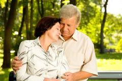 夫妇拥抱的前辈 免版税图库摄影
