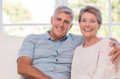 夫妇拥抱的前辈 库存照片